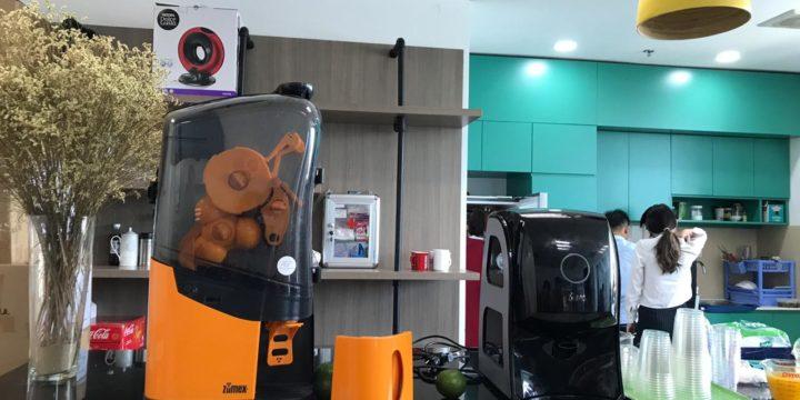 Khách hàng trải nghiệm sử dụng máy vắt cam Zumex Soul